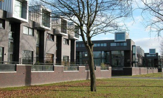 Woningen aan het van Starkenborghkanaal in Groningen