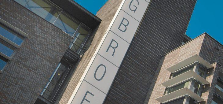 Stadsdeelkantoor Segbroek, politiebureau, bibliotheek, AH supermarkt, woningen en parkeergarage in Den Haag
